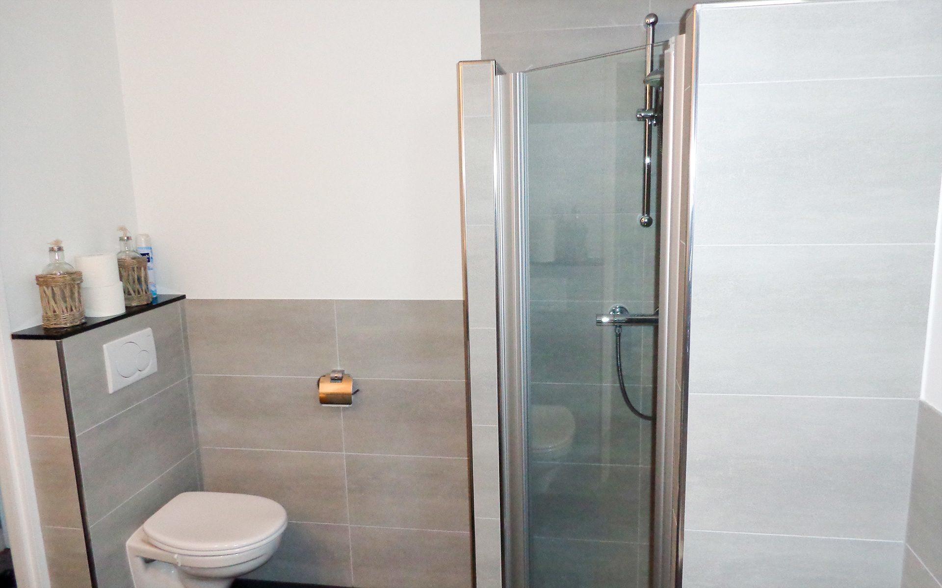 Badkamer Stuc Voorbeelden : Tegel en timmerwerk badkamer